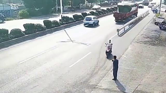三轮车男子以为大货车会让他,谁料货车师傅没看到,下一秒惨了