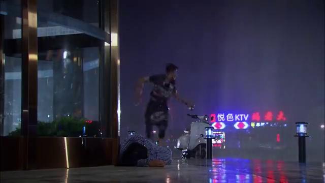 夜市人生:金明躲雨,无意间看到了晕倒的文娟,赶紧通知李庆祥