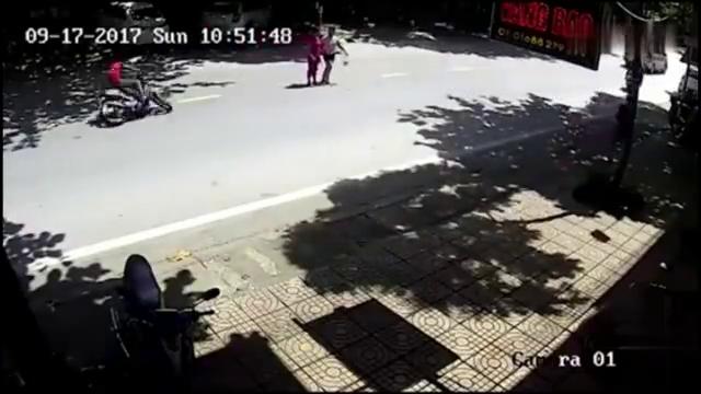 两名女子小心翼翼的过马路,却还是没能躲过这场灾难!
