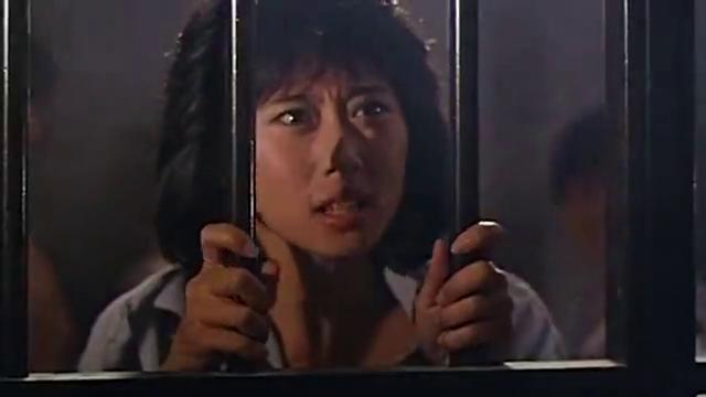 白富美拘留所内遭咸猪手,幸亏狱警及时出现,后果不堪设想