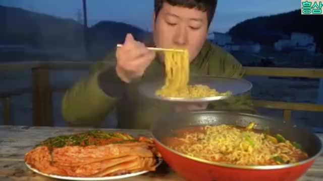 韩国兴森吃播5包超级辣味海鲜方便面吃后辣得肚子疼