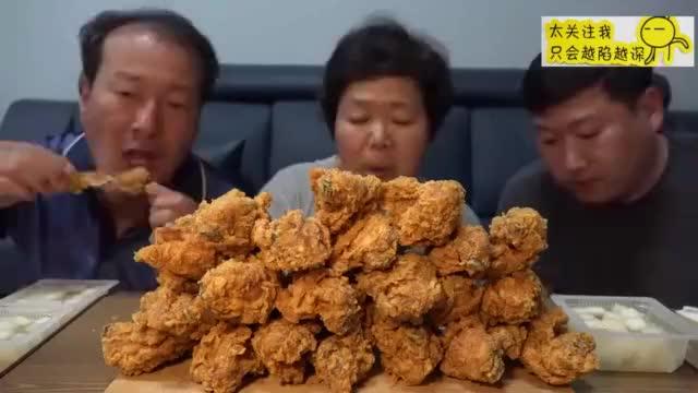 韩国吃播一家人3个人吃一堆脆皮炸鸡胃口真大啊