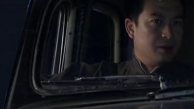 欧阳剑平把刘涛带到修理厂,刘涛叛变,马云飞拿枪对准刘涛