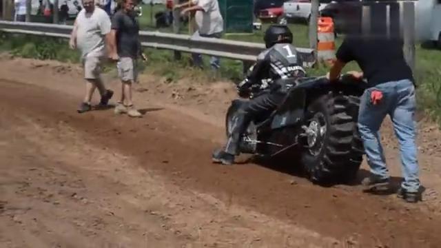 国外新型摩托车竞速赛,当他一手油门下去一刻,瞬间懵圈了...