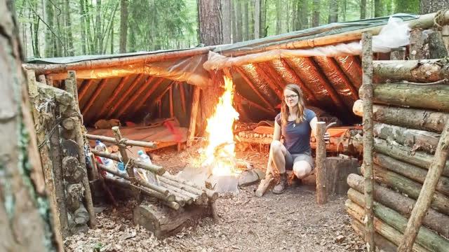 美女求生专家莉莉,野外庇护所过夜,这庇护所很高大上