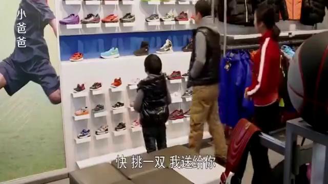 于果给儿子买了双鞋花了两千多,自己的才二十二,夏天嫌弃丢人