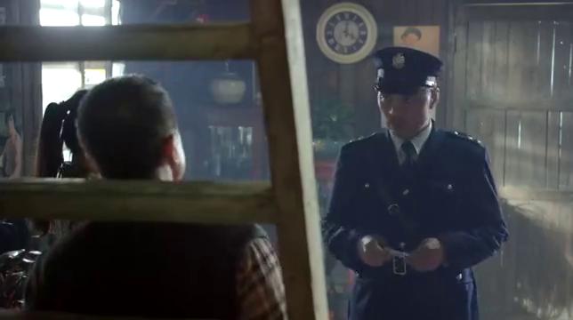 我的1997:警察检查男子证件,却被男子怼的说不出话,尴尬
