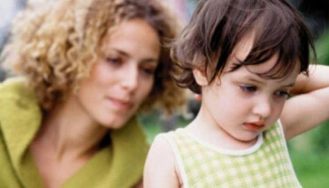 当孩子闹情绪时, 父母千万别去哄, 那是伤害他, 新手妈妈要切记哦