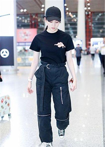 欧阳娜娜街拍:印花T恤工装裤帆布鞋,Cartier手镯酷帅工装风
