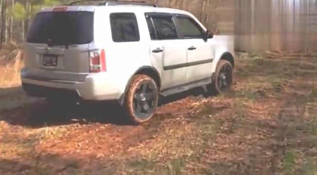 两轮驱动的本田越野车爬土坡,场面好尴尬