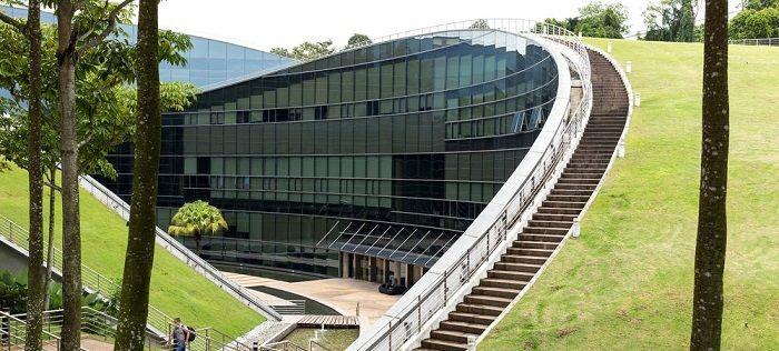 这是世界知名的南洋理工大学,最独特的就是学校的建筑