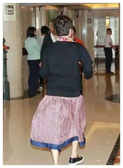 """赌王四太升级做""""长孙奶奶"""",机场穿花棉袄配上红丝巾气场威风"""