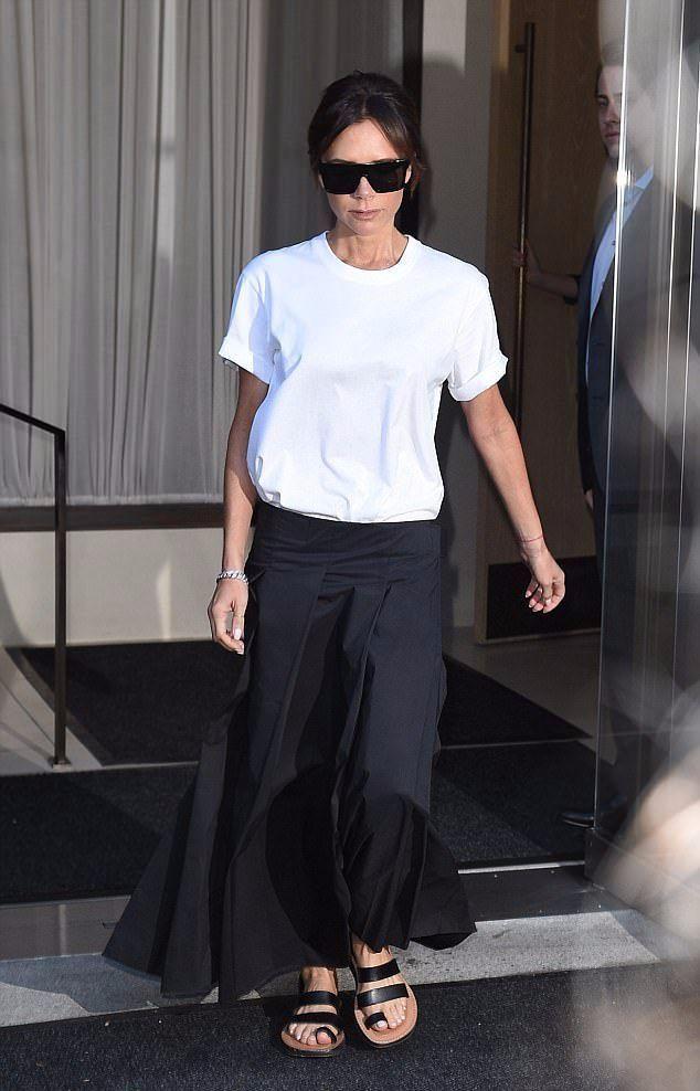贝嫂 Victoria Beckham纽约街拍 白色T恤搭配是阔腿裤还是裙子?