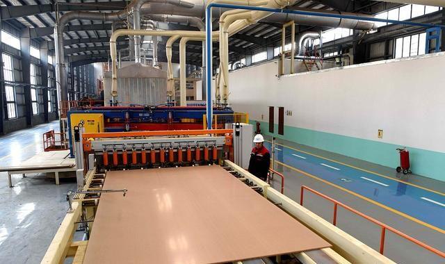 工人生产无甲醛秸秆板材 打造秸秆综合利用产业链