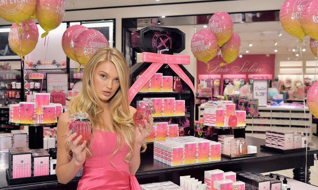 """罗梅·埃利斯亮相""""维多利亚的秘密""""店铺活动,美女摆俏皮姿势!"""
