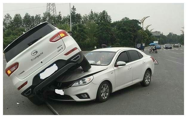 宝骏和广汽十字路口相撞,姿势有点尴尬