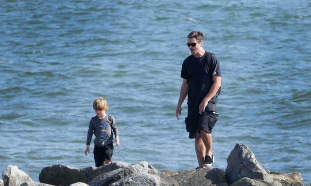 """""""蝙蝠侠""""克里斯蒂安带娃海边游玩,和儿子一起骑车散步画风温馨"""