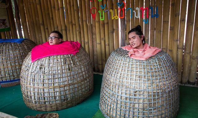 泰国土著人发明的鸡笼SPA,一张木凳一只电饭煲,却有着神奇效果