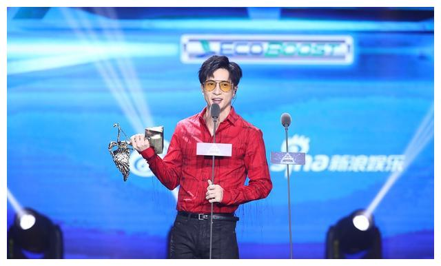 摔完话筒去拿奖,不是欧阳靖和罗志祥,超嗨亚洲新歌榜只服薛之谦