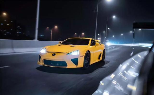 虽然雷克萨斯LFA的天籁之音很迷人,但我还是选择后面的GT-R!