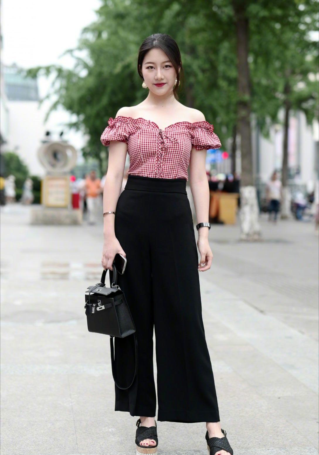 街拍美图:时尚潮流的穿搭,展现动人的魅力,为你增添迷人的风采