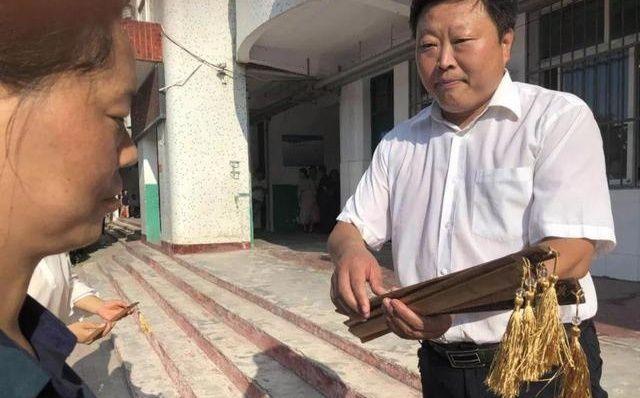 河南一中学举行授戒尺仪式,校长小声说挂着就行,千万别真打!