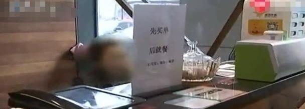 """餐厅倒闭老板""""跑路"""",员工自己买菜经营:赚点钱好过年!"""