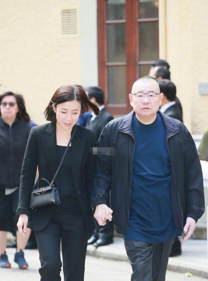 香港富豪集体携眷出动出席郭炳湘丧礼,霍启刚孤身一人未见郭晶晶