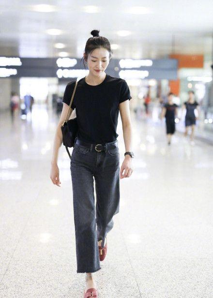 小姐姐白色内衣加上黑色紧身裤,秀出凹凸有致的身材,让人着迷