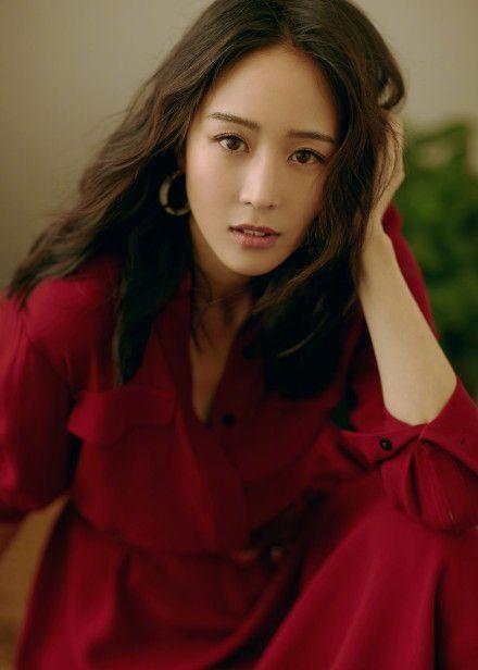 张钧甯玫瑰红长裙出场了,女神穿红色真美,让人感受神秘与温暖
