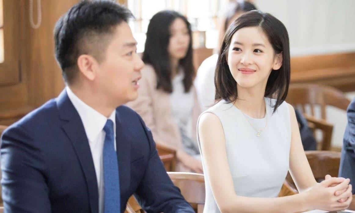 刘强东夫妇婚变风波首同框,现身寿司店聚餐,实力打破离婚传言