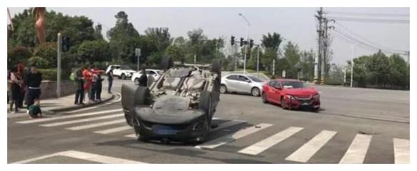 新思域刚出4S店就撞翻昂科威,安全气囊弹开,车主:不愧是神车