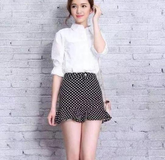 街拍:亭亭玉立的美女,一件白色上衣配黑色短裙,时尚气质十足