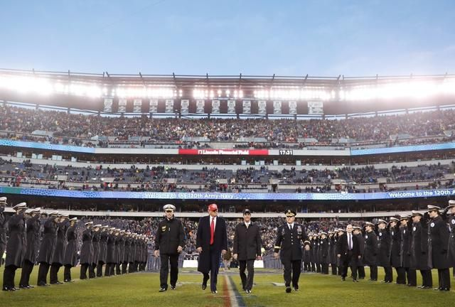美众院通过弹劾法案后 特朗普现身海陆军橄榄球赛