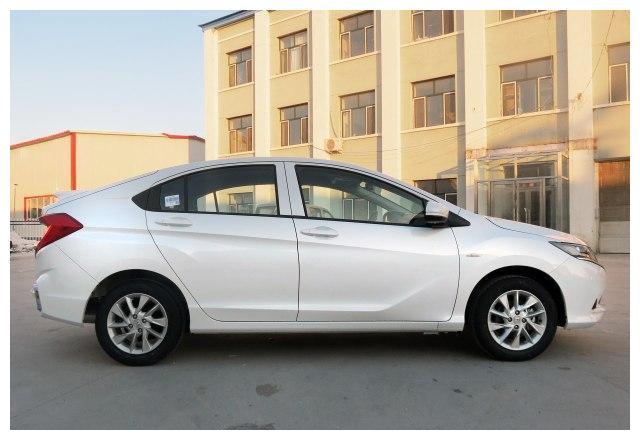 这日系三厢车价格11.98至7.98万,油耗5.6,131马力,威驰压力大