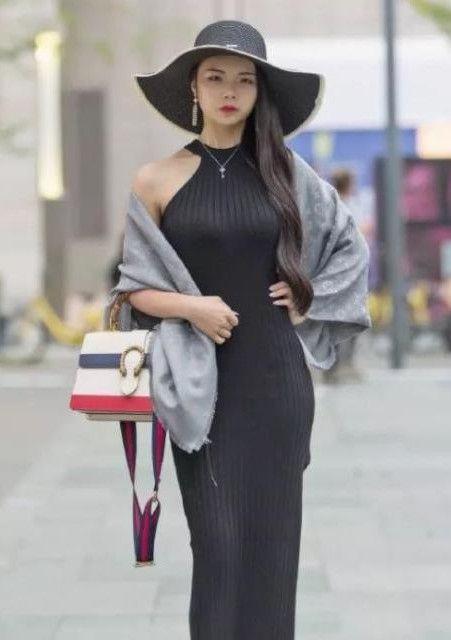 娇小玲珑的小姐姐,一件丝绸质感的连衣裙,看起来太有女人味了!