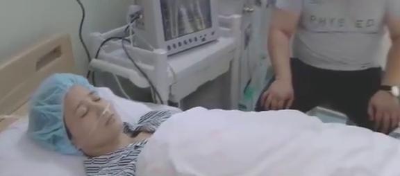 美女的母亲生病住院了,闺蜜赶紧来医院探望,安慰她不要太担心