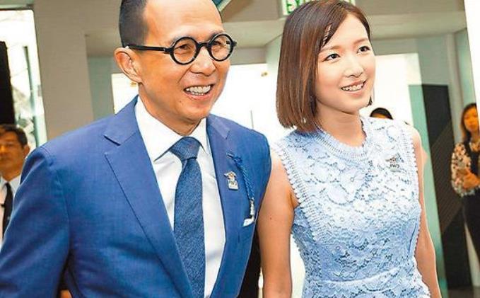 李泽楷女友郭嘉文,一袭水蓝蕾丝短裙知性优雅,气质堪比阔太甘比