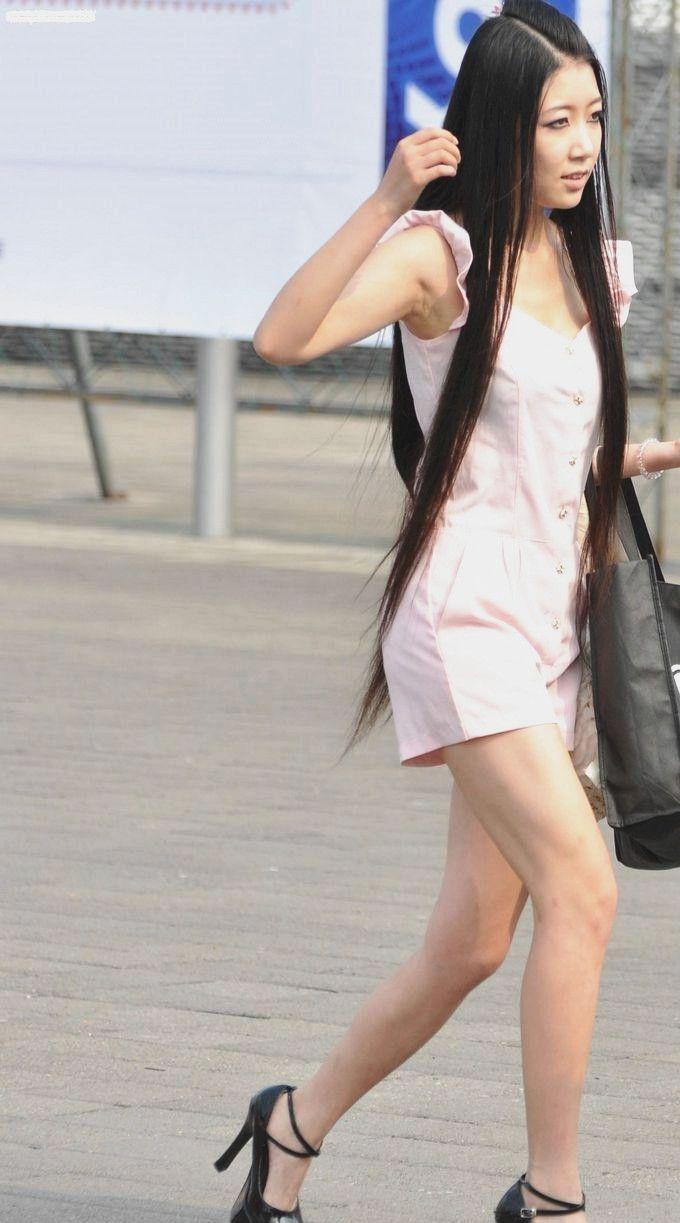 街拍:美女简单白T恤搭配超短裤,高跟鞋搭配大长腿,清纯又撩人
