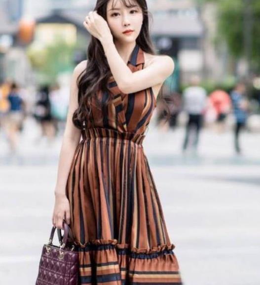 街拍:美女一条时尚连衣裙,气质优雅美丽大方