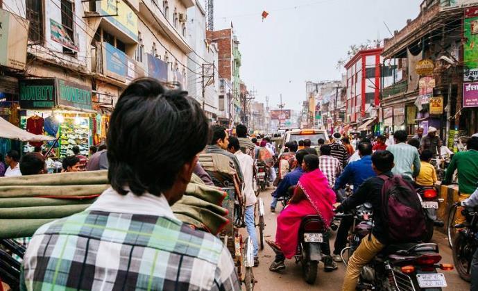 中国游客印度街边买饼,刚要吃却被导游急忙制止:赶紧丢掉!