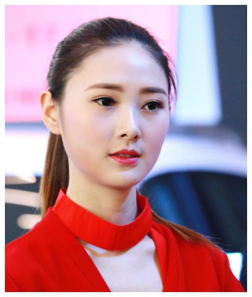 马尾女孩助阵奇瑞,笑容太甜美,红衣造型太可爱