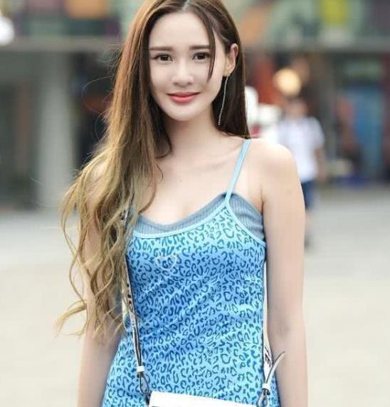 街拍:国色天香的小姐姐,一条天蓝色的连衣裙,时尚女神气质