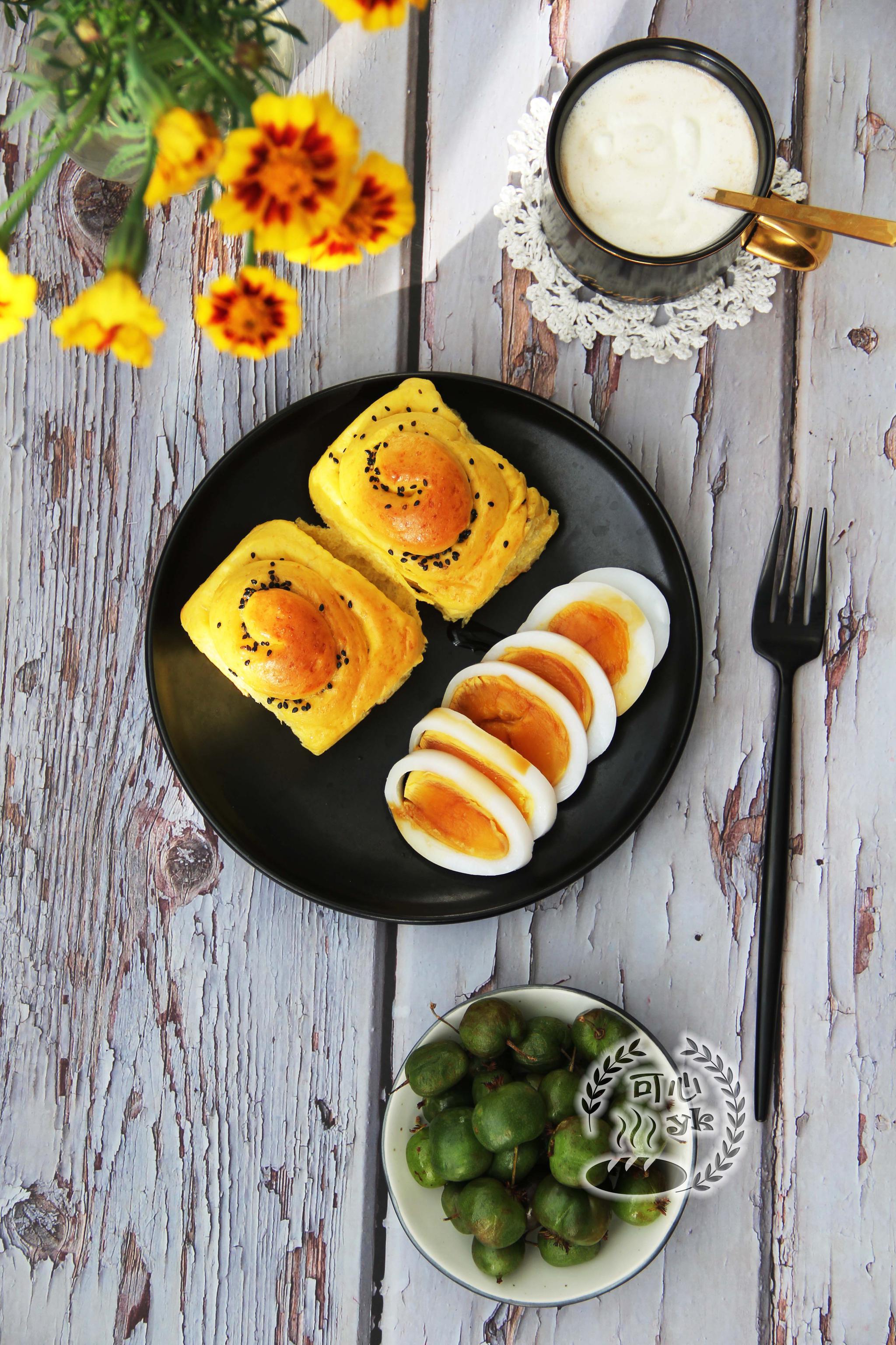 早餐:南瓜全麦黑芝麻面包卷、鹅蛋、野生小弥猴桃、淡奶油咖啡。