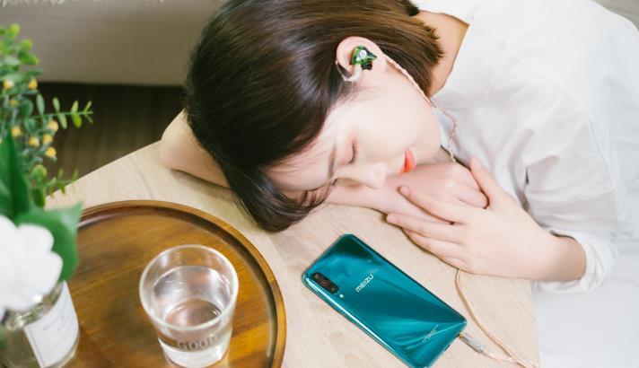 """国产手机的5G战火:""""双品牌互掐""""与""""价格战怪圈"""""""