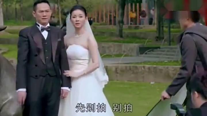 妻子挺着大肚子逛街,竟看到老公和别人拍婚纱照