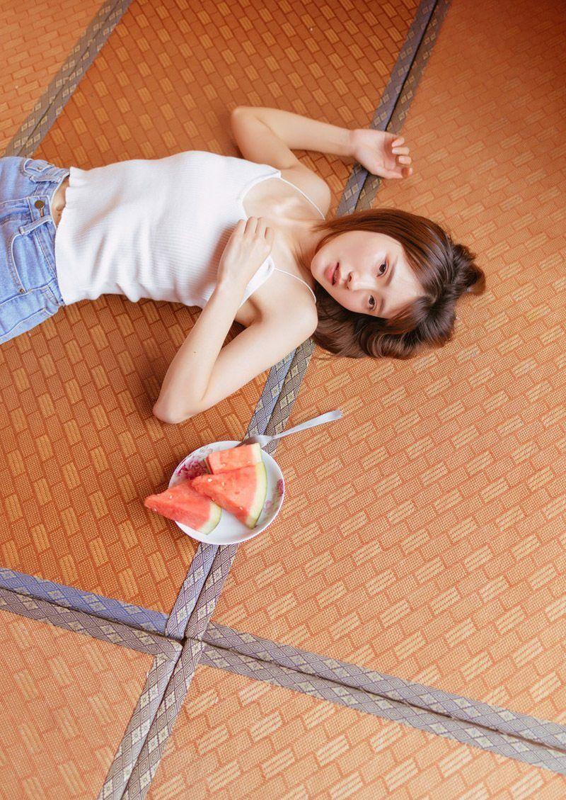 清纯美女摄影:室内穿吊带衫超短裤的长腿美女