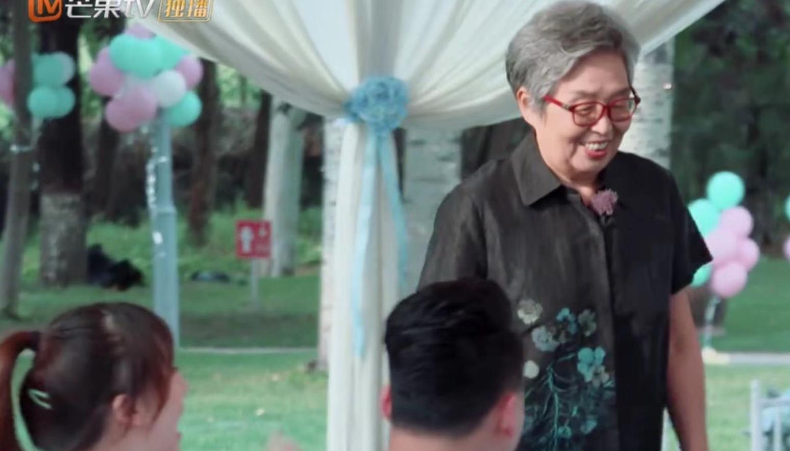 《新生日记》收官聚餐,李艾妈妈精心装扮后大变样,老年人气场强
