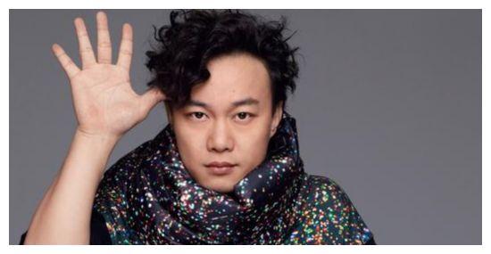 大爱陈奕迅,做不雅动作后反被国人赞,做得好!