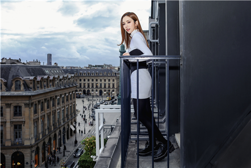 邓紫棋亮相巴黎时装周看秀  黑白复古穿搭率性摩登
